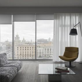 Рулонные шторы на панорамном окне гостиной