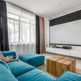 Бирюзовый диван в домашнем кинотеатре