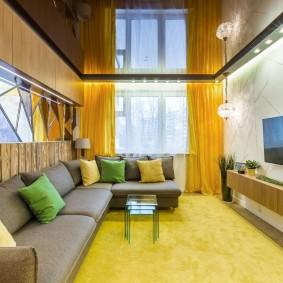Желтые шторы в гостиной с натяжным потолком