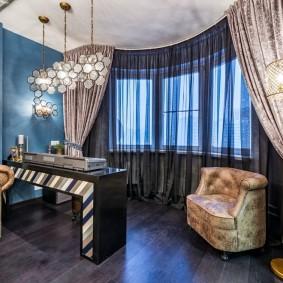 Стильные занавески в эркере гостиной комнаты