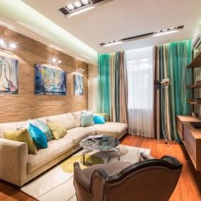 Открытый стеллаж напротив дивана в гостиной