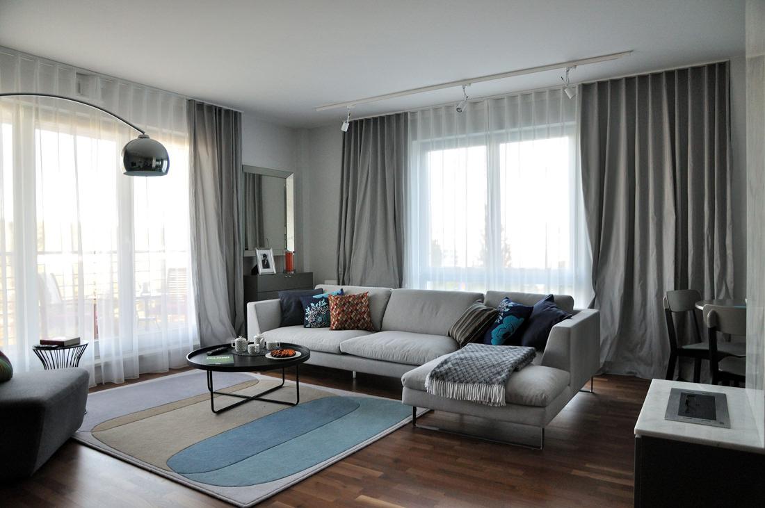 дизайн комнаты с тремя окнами фото красивой пары