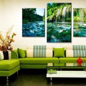 Угловой диван с зеленой обивкой
