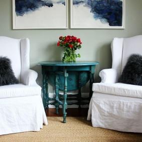 Белые чехлы на креслах в гостиной