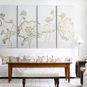 Декор стены над диваном в светлой гостиной