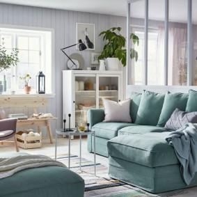 Мягкая зона в гостиной комнате современного стиля