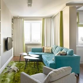 Зеленый ковер перед диваном в гостиной