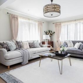 Мягкая мебель в гостиной комнате угловой квартиры