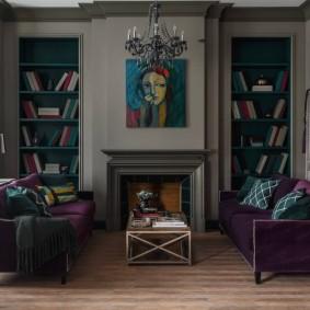 Мягкая мебель в гостиной комнате с камином