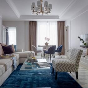 Синий ковер в гостиной-столовой
