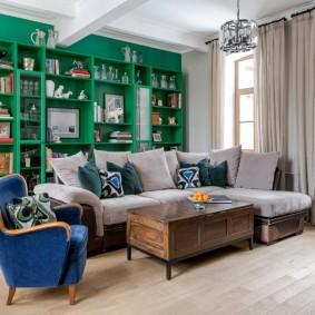 Встроенные стеллажи за диваном в зале