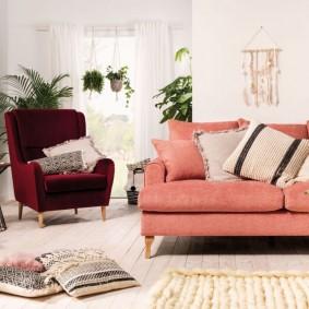 Розовый диван на деревянных ножках