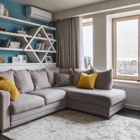 Открытые полки на диваном в гостиной