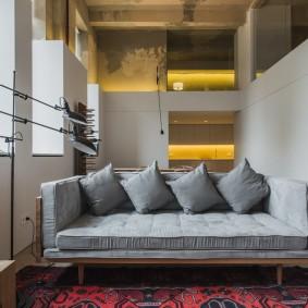 Серый диван на деревянном каркасе