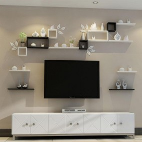 Декоративные полочки над телевизором в комнате