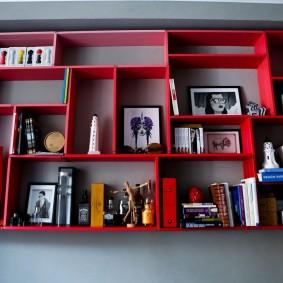 Красные полки на стене жилой комнаты
