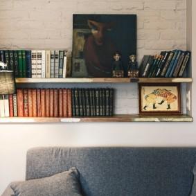 Деревянная полочка для хранения книг