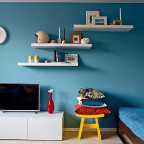 Белые полочки на голубой стене