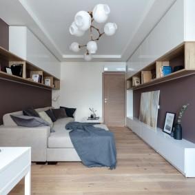 Подвесные полки в гостиной небольшого размера