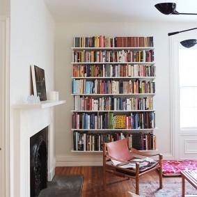 Книжные полки в гостиной с камином
