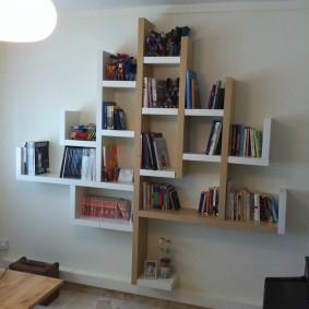 Полки для книг в гостиной комнате