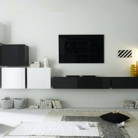 Черно-белые шкафчики в интерьере гостиной