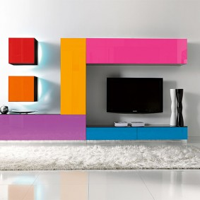 Яркое оформление фасадов на мебели в зале