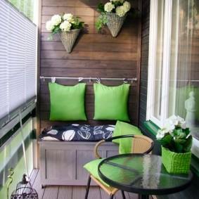 Обшивка досками стены на балконе