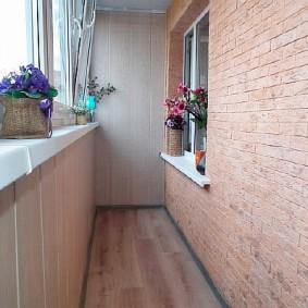 Узкий балкон с отделкой искусственным камнем