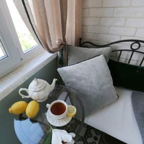 Кофейный столик на балконе в квартире