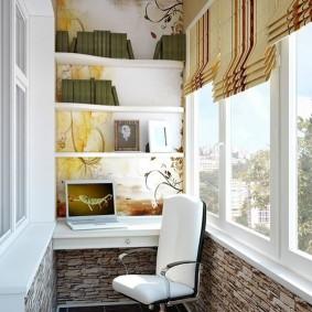 Римские шторы на пластиковом окне балкона