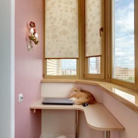 Угловой столик на маленьком балконе