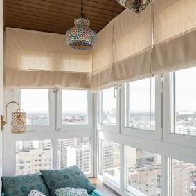 Деревянная отделка потолка балкона