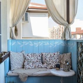 Встроенный диванчик с мягкими подушками