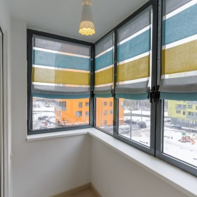Серые рамы на балконе с холодным остеклением