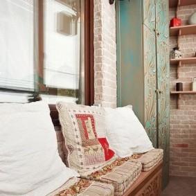 Светлые подушки на узком диванчике
