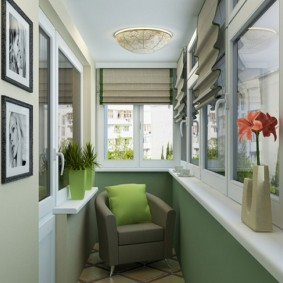 Зеленая подушка на мягком кресле