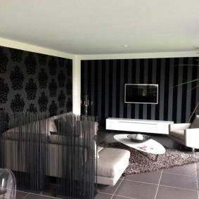 Белая мебель в комнате с темными обоями