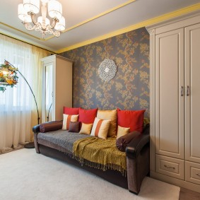 Распашные шкафы по сторонам раскладного дивана