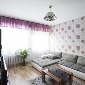 Серо-белый диван в небольшой гостиной