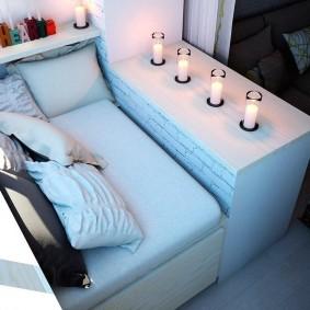 Небольшой диванчик для романтического отдыха на балконе