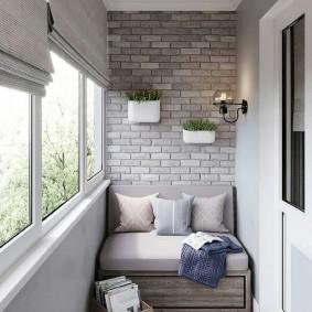 Диванчик с ящиками у кирпичной стены балкона