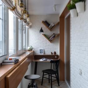 Откидная барная стойка на балконе квартиры