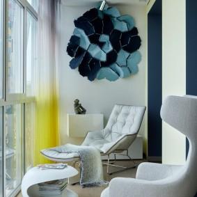 Удобные кресла на застекленном балконе