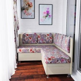 Угловой диванчик на светлом балконе