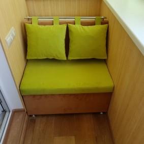 Маленький диванчик на узкой лоджии
