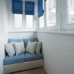 Синие занавески на пластиковых окнах