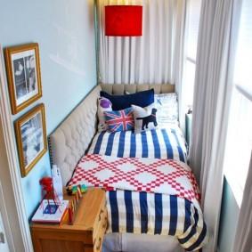 Спальное ложе в интерьере балкона