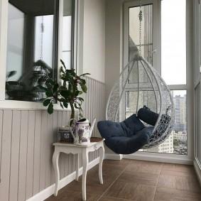 Подвесное кресло на панорамном балконе