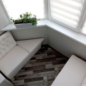 Угловой диванчик в балконе с окнами